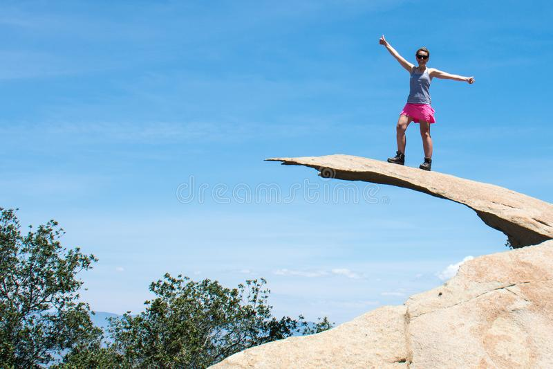 Den modiga unga fotvandraren för den vuxna kvinnan står överst av potatisen Chip Rock i San Diego California arkivbilder