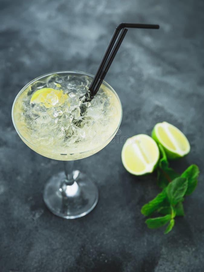 Den Mojito coctailen i exponeringsglas och limefrukt bär frukt på en tabell royaltyfria bilder