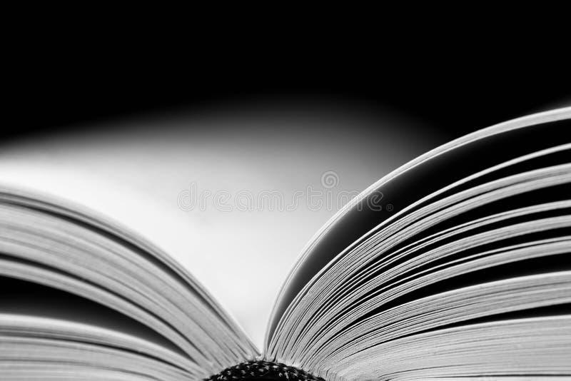 Den monokromma bilden, den öppnade vita boken söker tätt upp makroskott arkivfoton