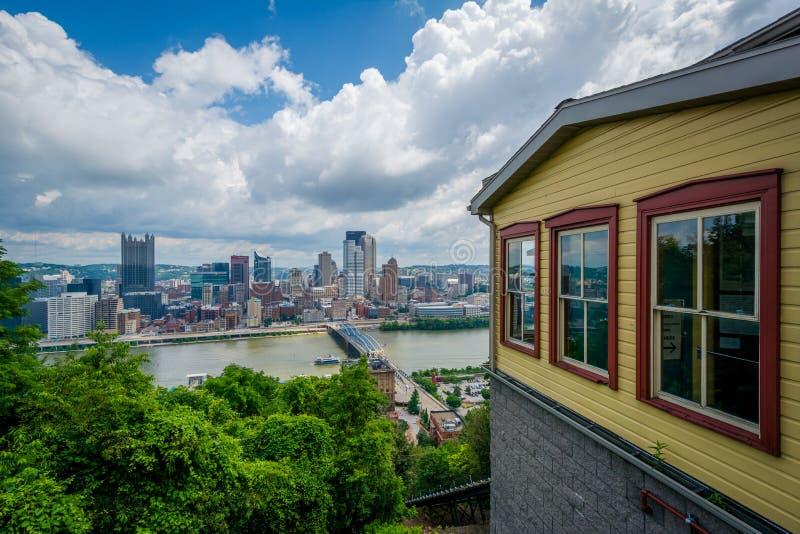 Den Monongahela sluttningen och sikten av horisonten från monteringen Washington, i Pittsburgh, Pennsylvania royaltyfri foto