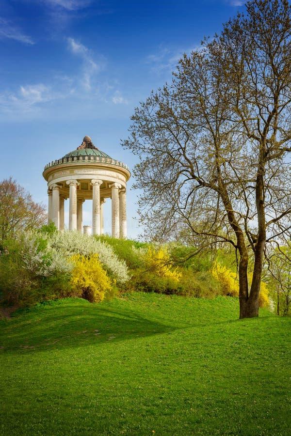 Den Monopteros templet i den offentliga engelska trädgården parkerar, Munich, Tyskland fotografering för bildbyråer