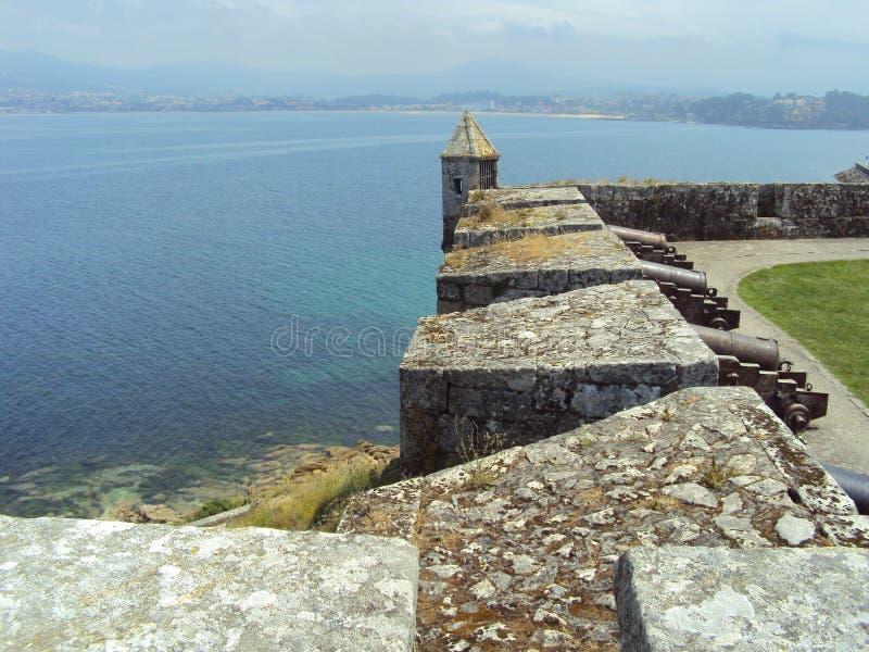 Den Monterreal slotten är en slott i Ria de Vigo och dalen av minderåriget, Galicia, Spanien fotografering för bildbyråer
