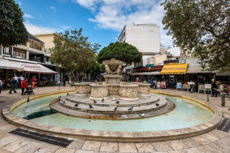 Den Morosini springbrunnen på lejon kvadrerar i Heraklion, Kreta, Grekland royaltyfria bilder