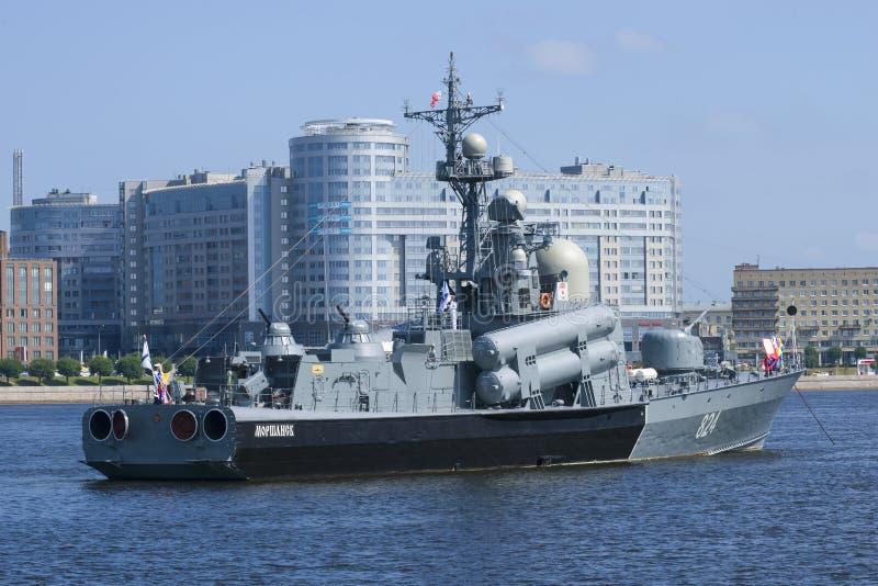 Den Morshansk för ` för raketfartyg R-293 `en i vattenområdet av Neva arkivbilder