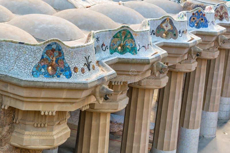 Den mosaiska kolonnaden på parkerar Guell i Barcelona fotografering för bildbyråer
