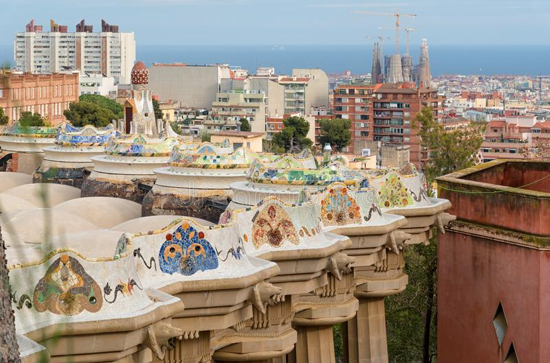 Den mosaiska kolonnaden på parkerar Guell och horisont av Barcelona fotografering för bildbyråer