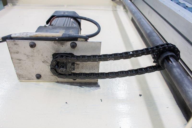 Den motoriska axeln för chain drev, i fabrik royaltyfria bilder
