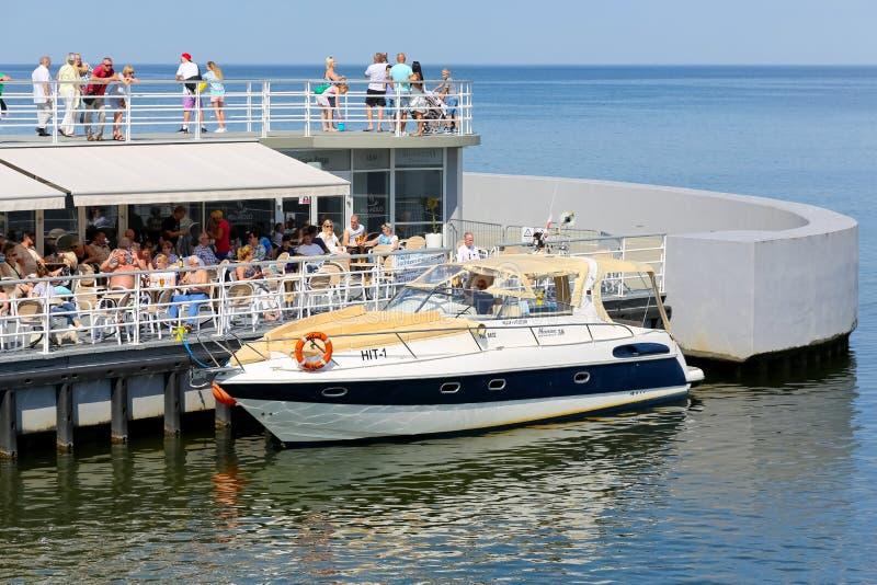 Den motoriska yachten förtöjas av pir royaltyfri foto