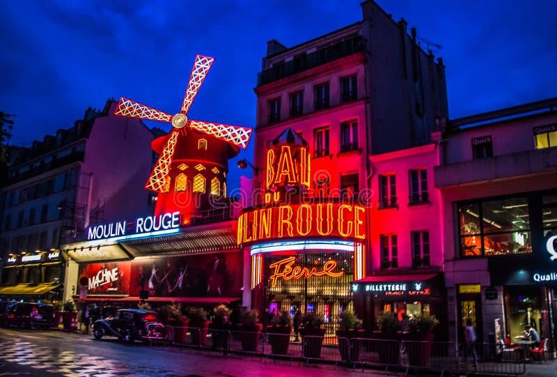 Den Moulin rougen vid natt royaltyfri foto