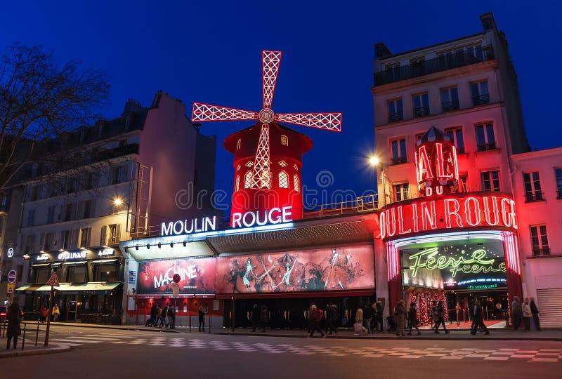 Den Moulin rougen vid natt paris france arkivfoton