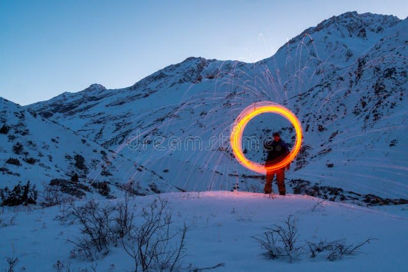 Den mousserande cirkeln i bergen ovanför en man royaltyfria foton
