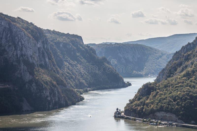 Den Mraconia kloster, i Rumänien som tas från den serbiska delen av Danube River i järnet, utfärda utegångsförbud för Portile bul fotografering för bildbyråer