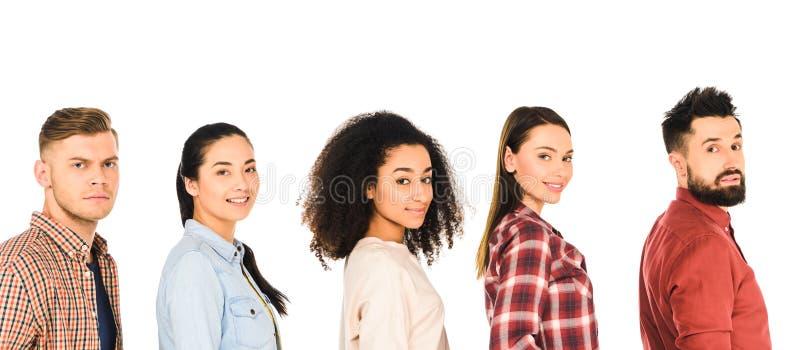 den multietniska gruppen av lyckliga ungdomarisolerade arkivfoton