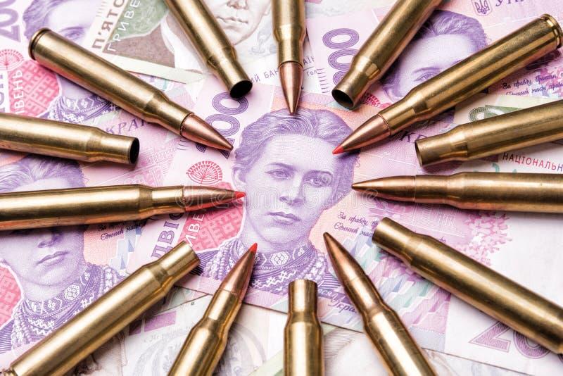 Den Munitionspatronen werden die Banknoten von Ukrainia angestrebt lizenzfreies stockbild