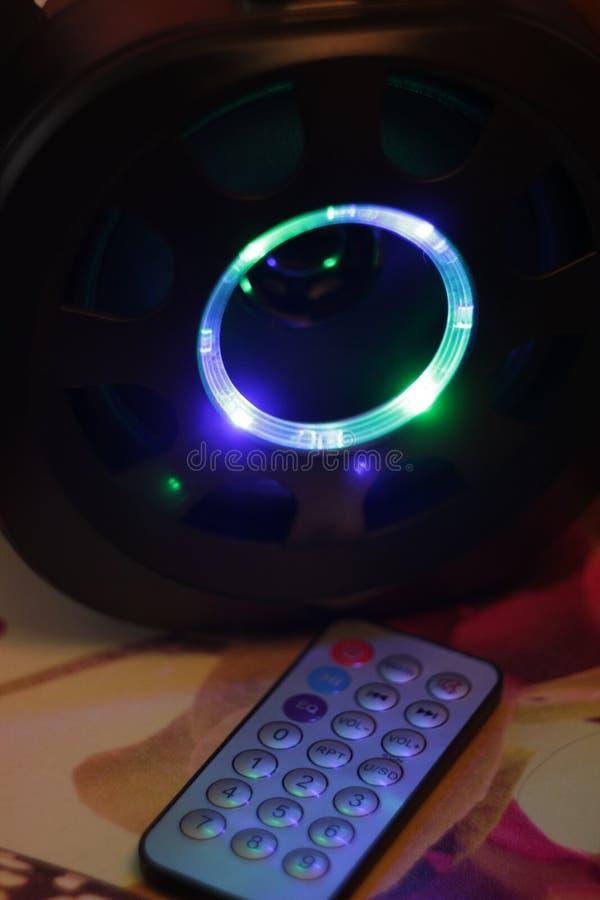 Den musikaliska bärbara högtalaren med fjärrkontroll, den bas- bufferten LEDDE färgmusik royaltyfri fotografi