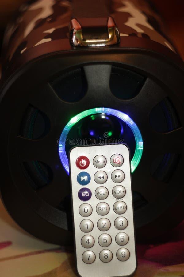 Den musikaliska bärbara högtalaren med fjärrkontroll, den bas- bufferten LEDDE färgmusik royaltyfri bild