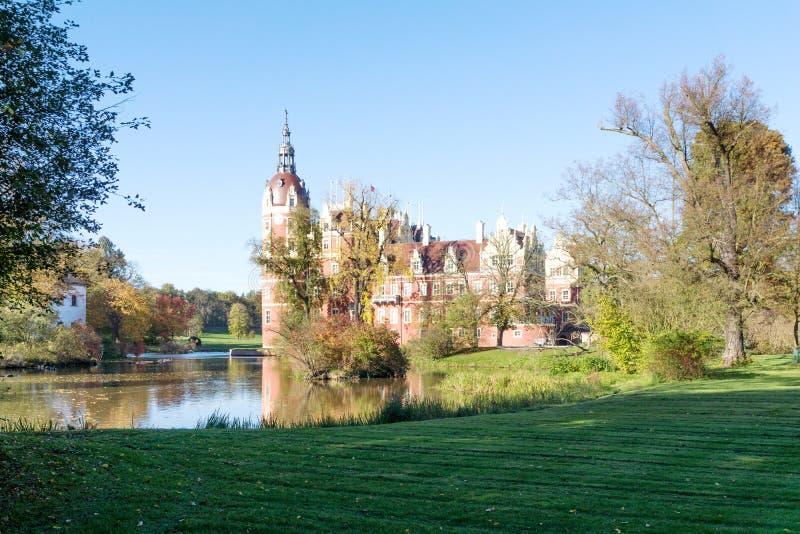 Den Muskau slotten reflekterade i sjön i Lusatiaen arkivbild