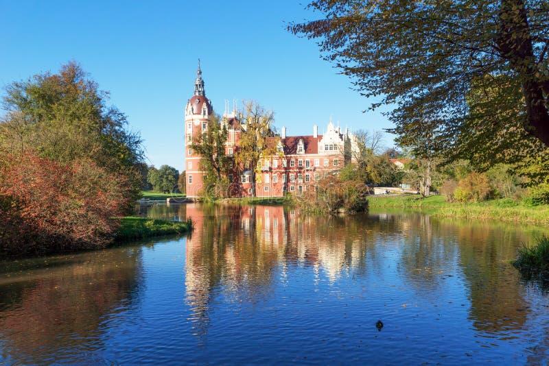 Den Muskau slotten reflekterade i sjön i Lusatiaen fotografering för bildbyråer