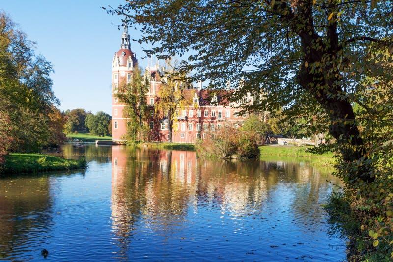 Den Muskau slotten reflekterade i sjön i Lusatiaen royaltyfri bild