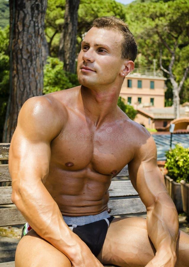Den muskulösa Shirtless snygg manmannen som är utomhus- i stad, parkerar royaltyfria foton