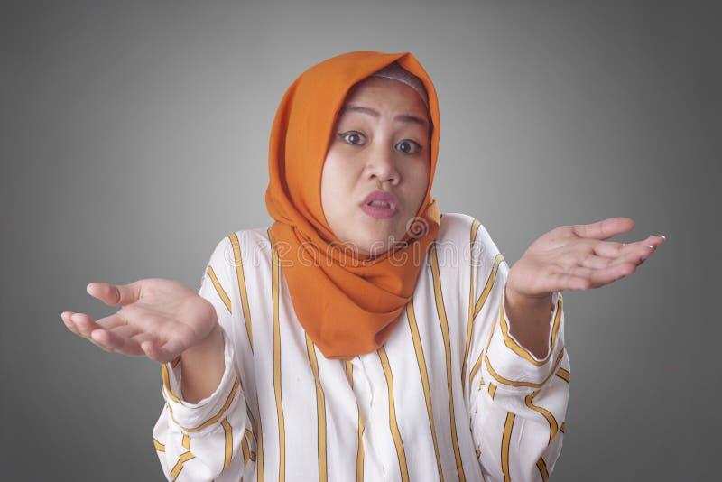 Den muslimska affärskvinnan visar förnekande- eller vägrangest arkivfoton