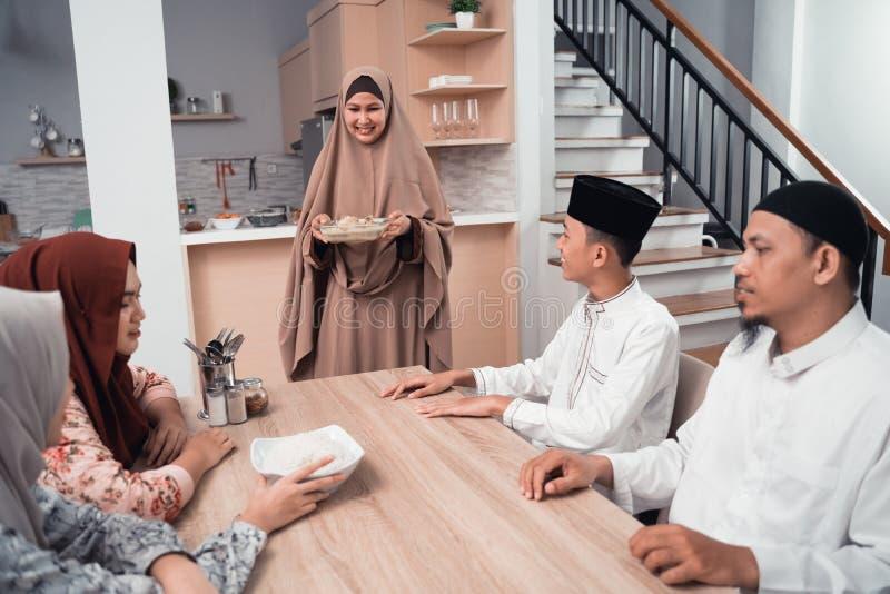 Den muslimska familjen tycker om det iftar m?let tillsammans royaltyfri fotografi