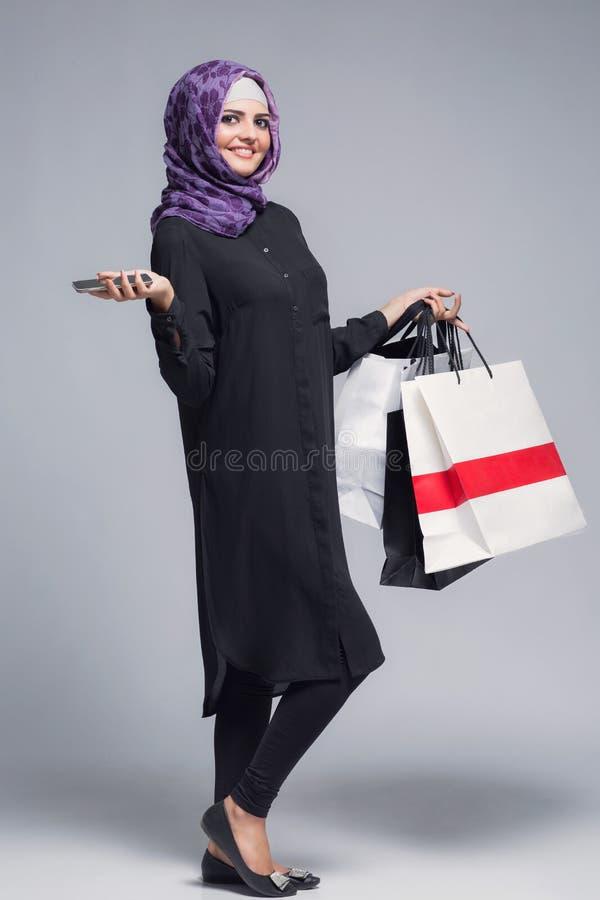 Den muslimska kvinnan går att shoppa royaltyfria foton