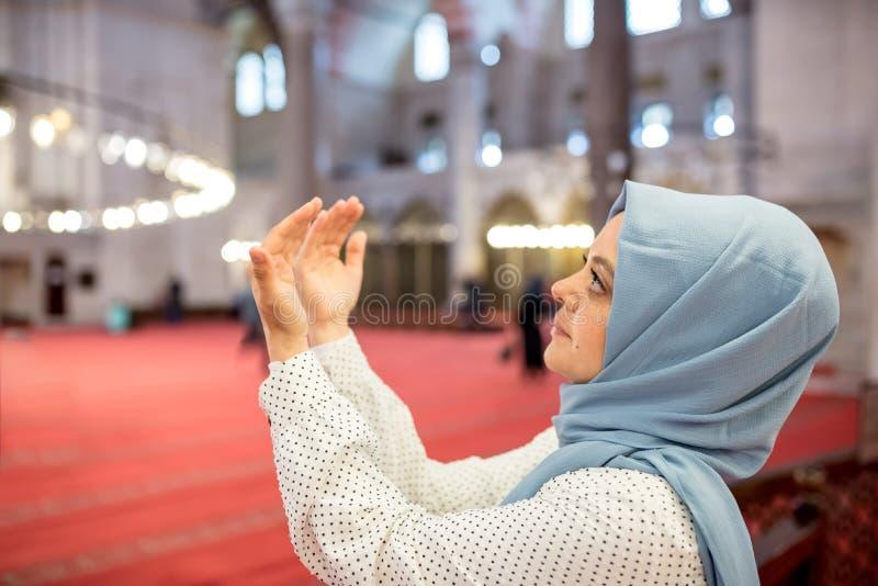 Den muslimska kvinnan i sjalett och en hijab ber royaltyfria bilder