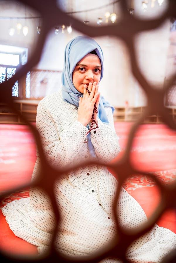 Den muslimska kvinnan i sjalett och en hijab ber royaltyfria foton