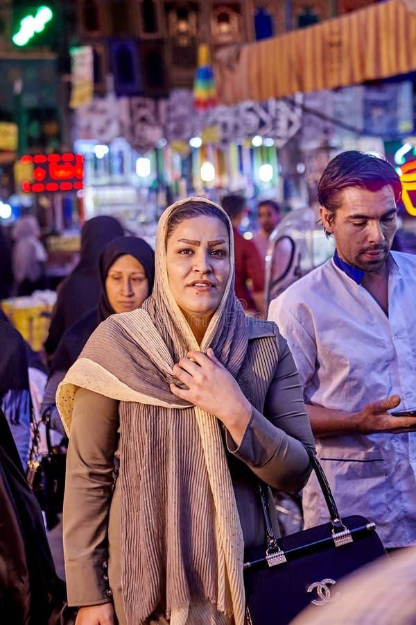Den muslimska kvinnan står i den orientaliska basaren, Teheran, Iran royaltyfri fotografi