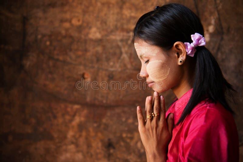 Den Myanmar flickan i be poserar. fotografering för bildbyråer