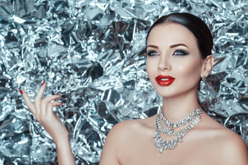 Den mycket härliga unga damen med feriemakeup och diamanttillbehören väntar på mirakel på nytt år arkivbilder