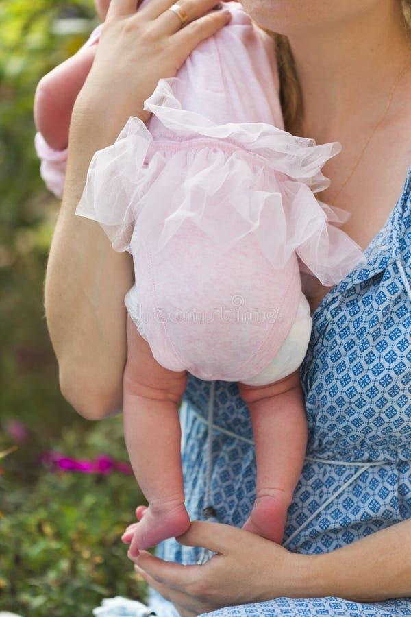 Den mycket lilla ben och foten av nyfött behandla som ett barn flickan arkivfoto