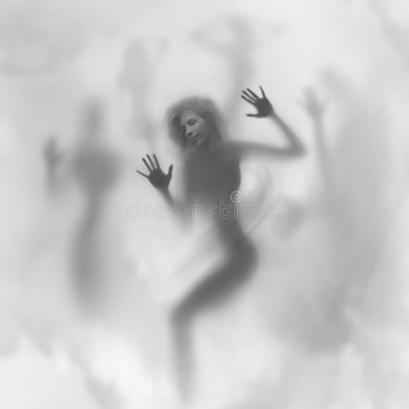Den mystiska kvinnasilhouetten, vänder mot och skuggar royaltyfria foton