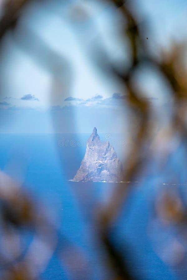 Den mystiska sikten av bollens pyramid vaggar av kusten av Lord Howe Island, New South Wales, Australien royaltyfri foto