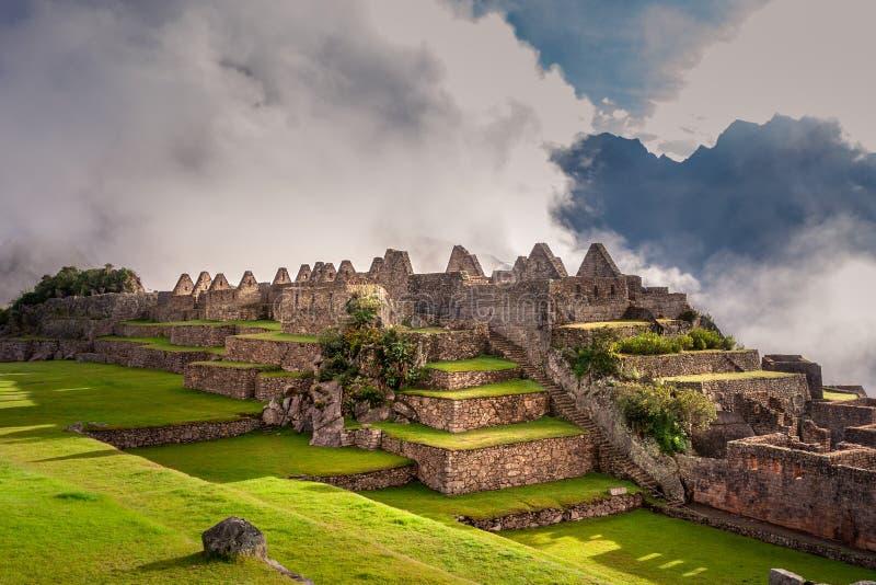 Den mystiska sikten på den Machu Picchu staden fördärvar täckt med dimma royaltyfri fotografi