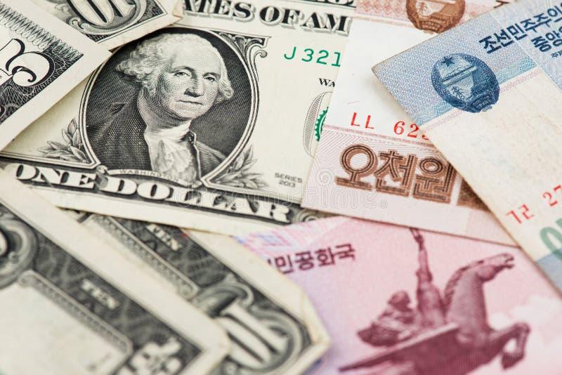 Den nära övre bilden av en US dollarräkning med Nordkorea segrade sedlar arkivfoto