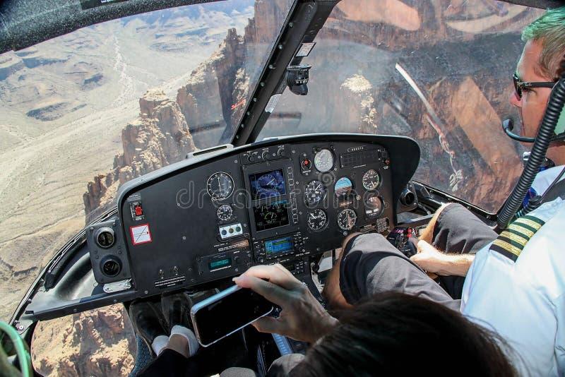 Den n?ra ?vre sikten av piloten i kabin p? helikoptern turnerar kanjontusen dollar royaltyfria foton