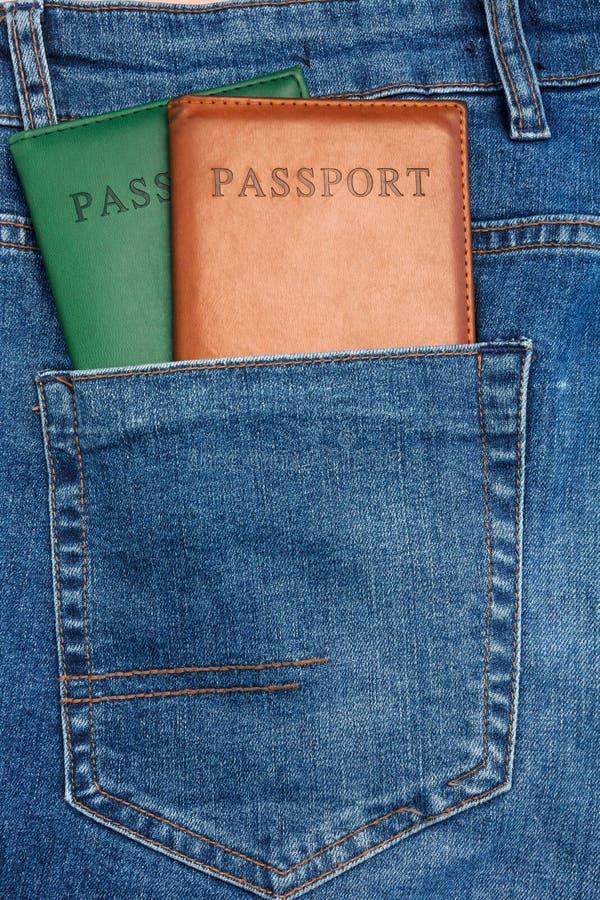 Den nära övre sikten till passet som ut klibbar från jeans, stoppa i fickan royaltyfri fotografi