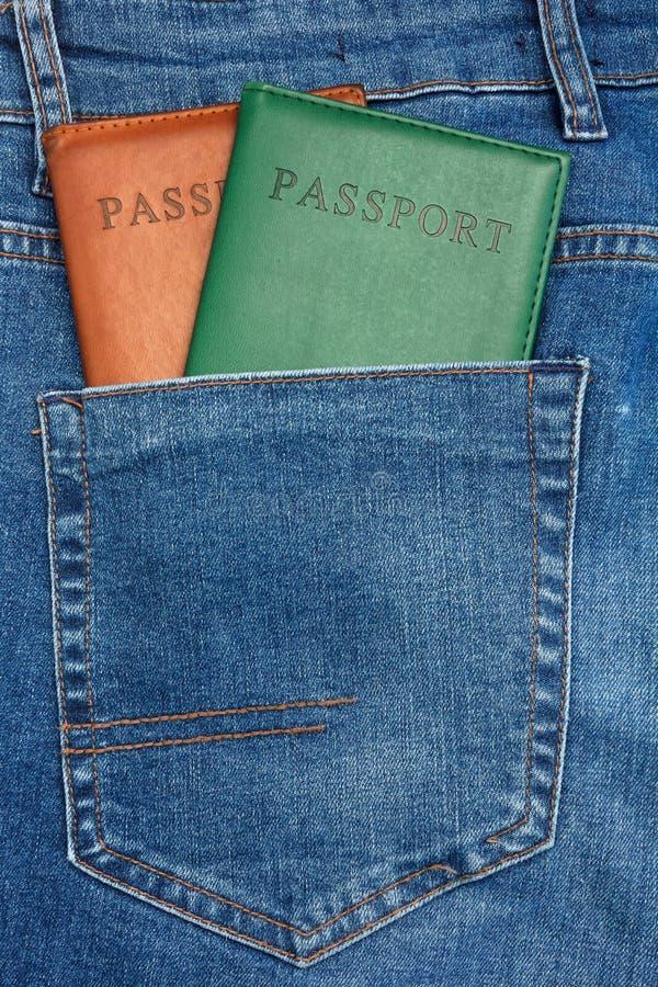 Den nära övre sikten till passet som ut klibbar från jeans, stoppa i fickan arkivbilder