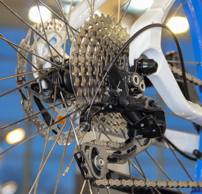 Den nära sikten av en cykelbaksidakassett och växelspak royaltyfria foton