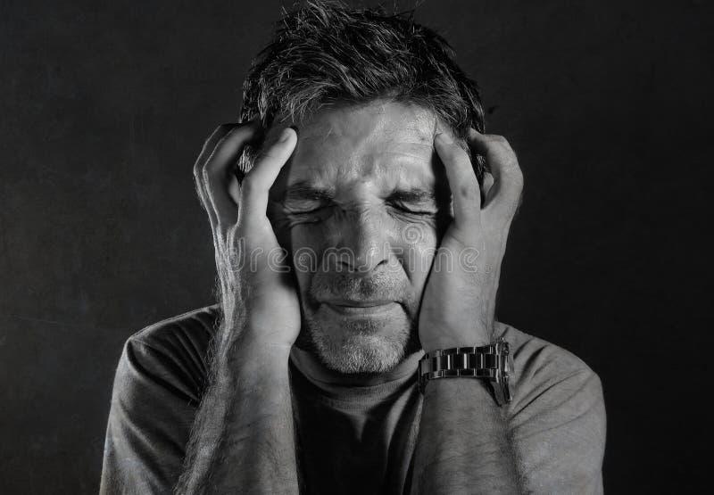 Den nära upp dramatiska ståenden av 30-tal till den desperata och deprimerade mannen för 40-tal smärtar in lidandeångest och huvu arkivbild