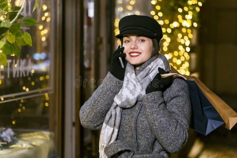 Den nätt flickan med shopping hänger lös arkivfoto