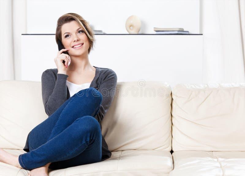Den nätt kvinnan talar på telefonen royaltyfria bilder