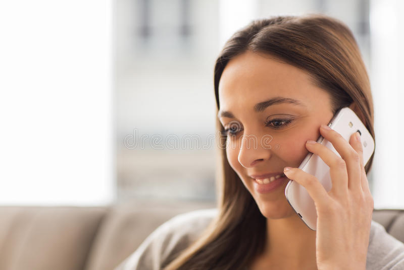 Kvinnan som använder mobil, ringer royaltyfri bild