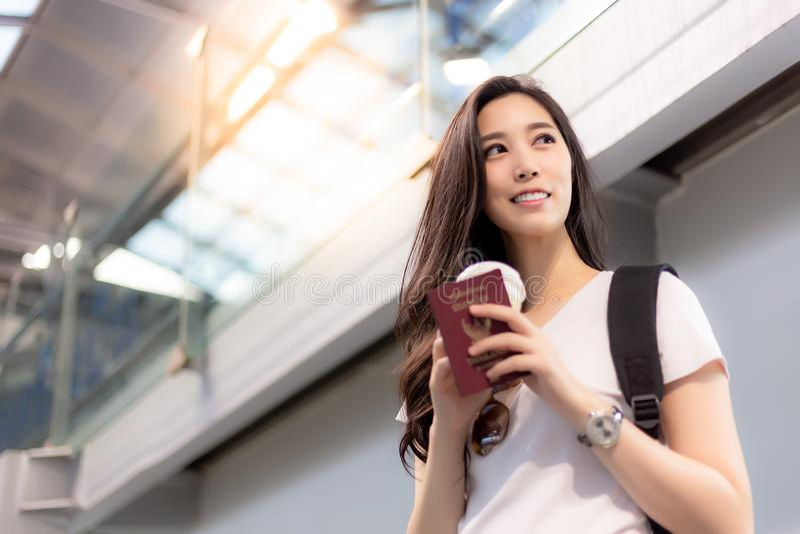 Den nätta asiatiska kvinnan får ferie, charmiga härliga kvinnadesigner fotografering för bildbyråer
