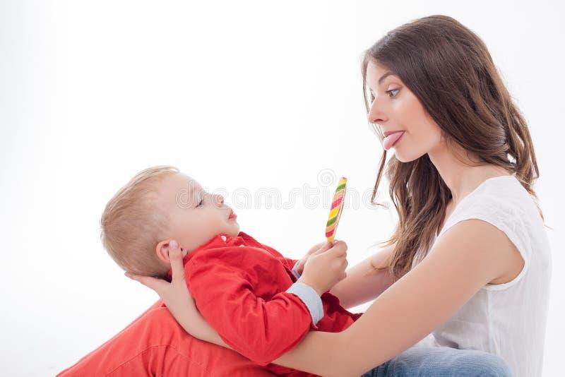 Den nätta barnmodern gör gyckel med hennes unge royaltyfri fotografi