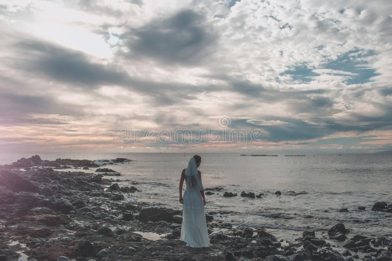 Den nätta bruden i den vita sexiga bröllopsklänningen med skyler royaltyfria foton