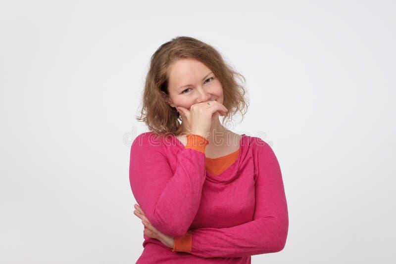 Den nätta europén i rosa pulover är blyg att höra en komplimang royaltyfria bilder