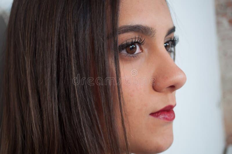 Den nätta flickan med vit och svart gjorde randig västen arkivfoto